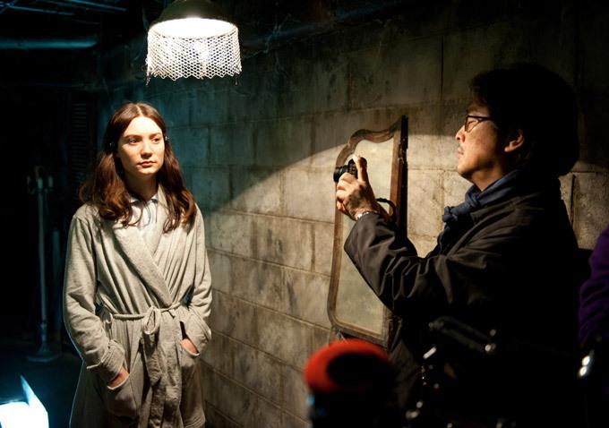 mia-wasikowska-stoker-lights-basement